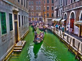Italské město Benátky s kanálem