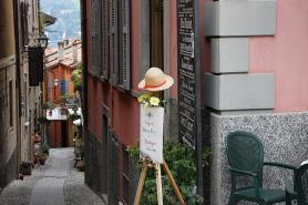 Jezero Lago di Como a ulička v obci Bellagio