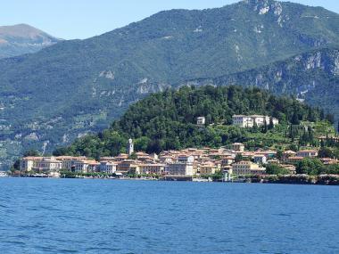 Italské jezero Lago di Como s obcí Bellagio