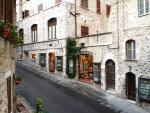 Italské město Assisi a jedna z ulic